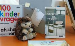 boek over rouwen, egel knuffeldier en een boek over verdriet op school