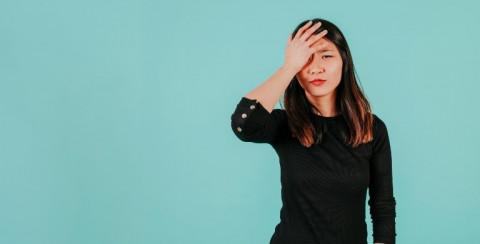 jonge vrouw met haar hand op haar hoofd