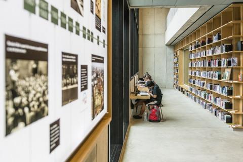 foto van een leeszaal in een bibliotheek